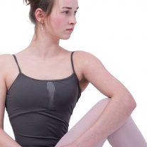 Balletpak in de superkleur GUN: typerende kleur grijs. Het pakjes afgewerkt met faux leather waardoor het een beetje een stoer balletpak wordt.