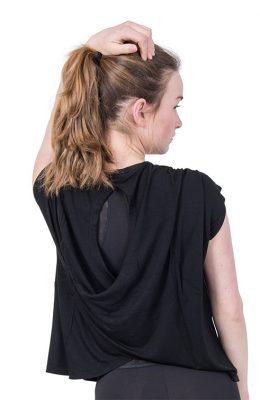 Shirt van Deha met open rug en links onder een klein zilveren yoga opdruk